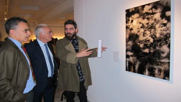 Ceniceros y Escobar junto al autor de la obra ganadora 'Ron's Explotions'