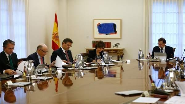 Catalá, junto a otros ministros y el presidente en un Consejo de Ministros