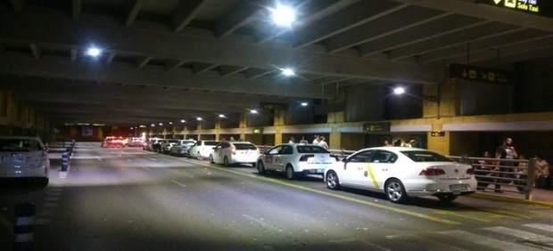 Taxis estacionados en el aeropuerto de Sevilla.