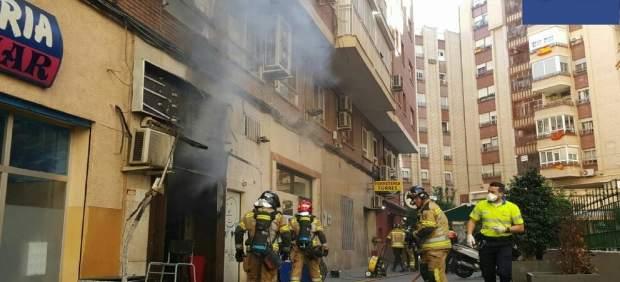 Intervención Bomberos en incendio zapatería del centro de Murcia