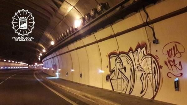 Pintada en el interior de la autovía de Málaga