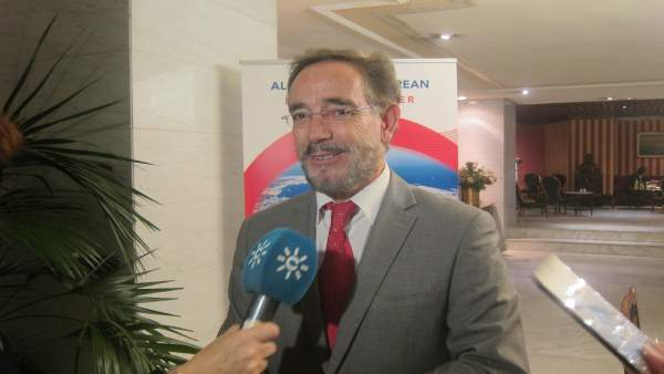 Felipe López atiende a los medios