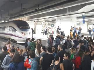 Estudiantes cortan las vías del AVE en la estación de Sants durante la huelga
