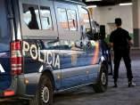 Agente y furgoneta de la Policía Nacional.
