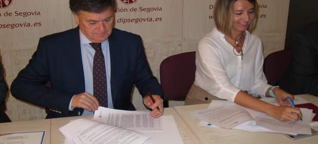 Acto de firma entre Francisco Vázquez y Alicia García.