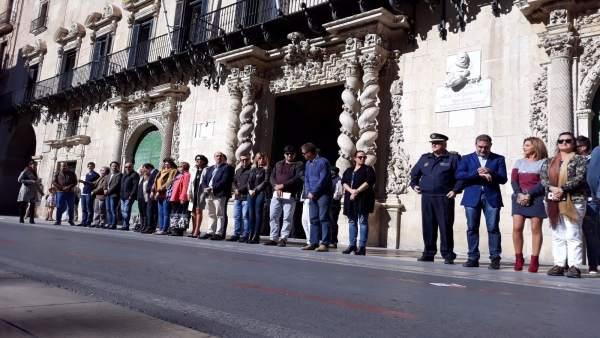 La Corporación alicantina a las puertas del Consistorio, este lunes