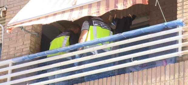 Policía en el balcón de la vivienda del acusado