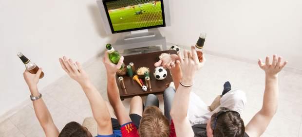 Aficionados viendo fútbol en la tele