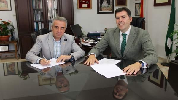 El alcalde de Lucena (izda.) firma el convenio