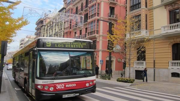 Imagen de autobús de Transportes Rober, pasando por la Gran Vía de Granada