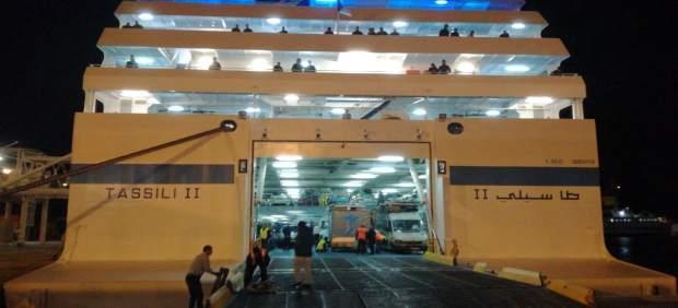 Barco que sustituye al ferry incendiado