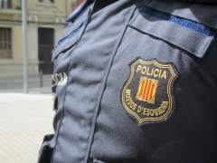 Un agente de los Mossos d'Esquadra vistiendo el uniforme.