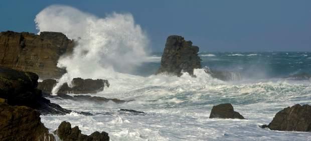 Fuertes olas rompen con las piedras en la cala Sa Mesquida, en Mahón (Menorca).