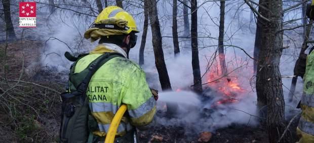 Controlat un incendi forestal en Cabanes (Castelló) que afecta matoll i pinada