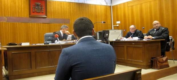 El joven, ya condenado, durante el juicio.