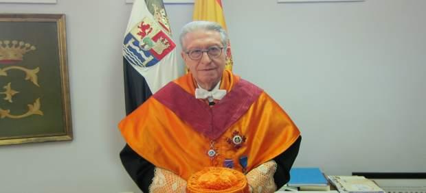 El economista Jaime Gil Aluja es investido Doctor Honoris Causa por la UEx
