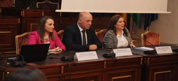 Antonio Ruiz, entre Ana Carrillo (dcha.) y Esther Ruiz, durante el encuentro
