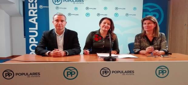 En el centro, la portavoz del PP-A, Carmen Crespo