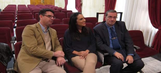 Pedro García, Carmen González y Valeriano Lavela antes del Pleno