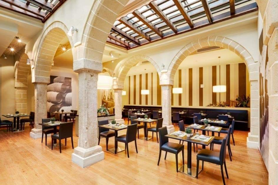 Grupo hotusa compra a banco sabadell el hotel asta regia for Pisos de bancos jerez