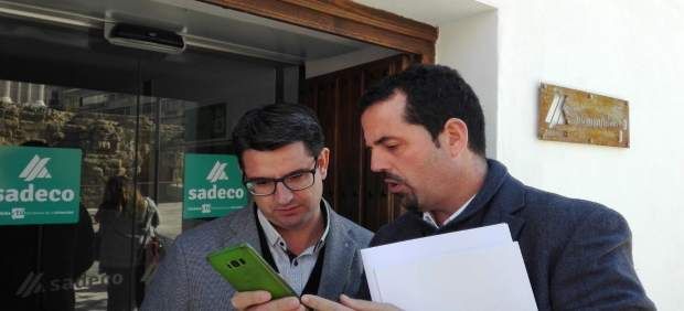 El presidente y el gerente de Sadeco ante el Ecopunto de Capitulares