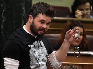 Rufián, con unas esposas en el Congreso