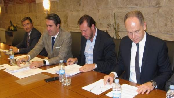 Suárez-Quiñones y Óscar Puente, junto al presidente de Adif, Juan Bravo (dcha)
