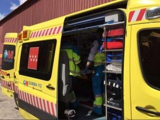 Imagen de una ambulancia con dos trabajadores en el interior.