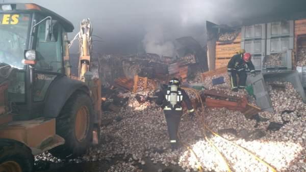 Bomberos del Consorcio durante los trabajos de extinción del fuego
