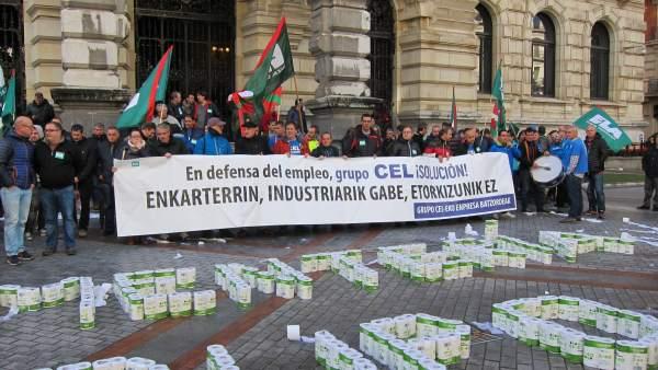 Protesta de los trabajadores de CEL ante la DIputación de Bizkaia