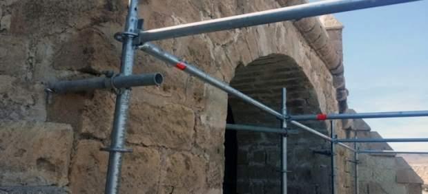 Andamio anclado en el muro de la Alcazaba de Almería