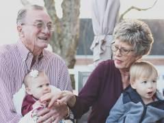 Solo el 12% de los abuelos de Cataluña decide cuándo cuidar a sus nietos