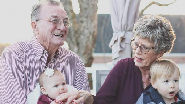 Abuelos y nietos.