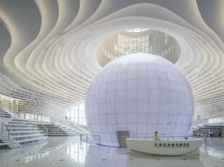 Una esfera que refleja la luz