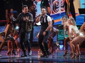 Luis Fonsi canta 'Despacito' en los Grammy Latino.
