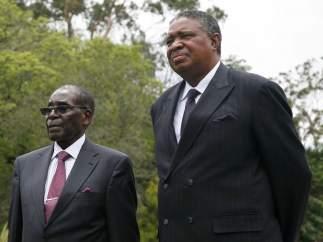 Mugabe negocia con los militares su salida del poder en Zimbabue después de 37 años