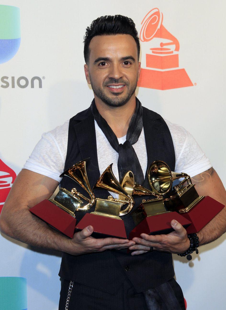 Fonsi, triunfador en los Grammy Latinos. El cantante puertorriqueño Luis Fonsi sostiene sus premios a