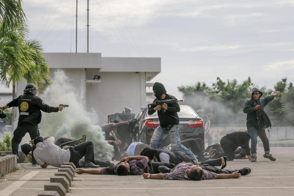 Simulacro antiterrorista en Bali. La Policía de Indonesia demuestra su preparación antiterroristas durante un simulacro de seguridad, en el Aeropuerto Internacional de Bali, en Denpasar.