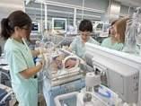 Profesionales del equipo de Neonatología trabajando en una incubadora.