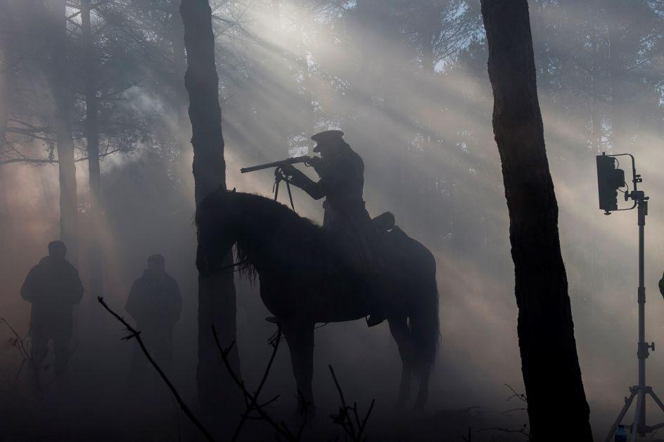 El lejano Oeste en Cantabria. Un actor, durante el rodaje de la película Sordo, en uno de los bosques de Requejo, (Reinosa, Cantabria), testigo del baile de cámaras, micrófonos, actores y actrices caracterizados, entre los que se incluyen lobos y caballos, que componen el rodaje de esta película del Oeste.