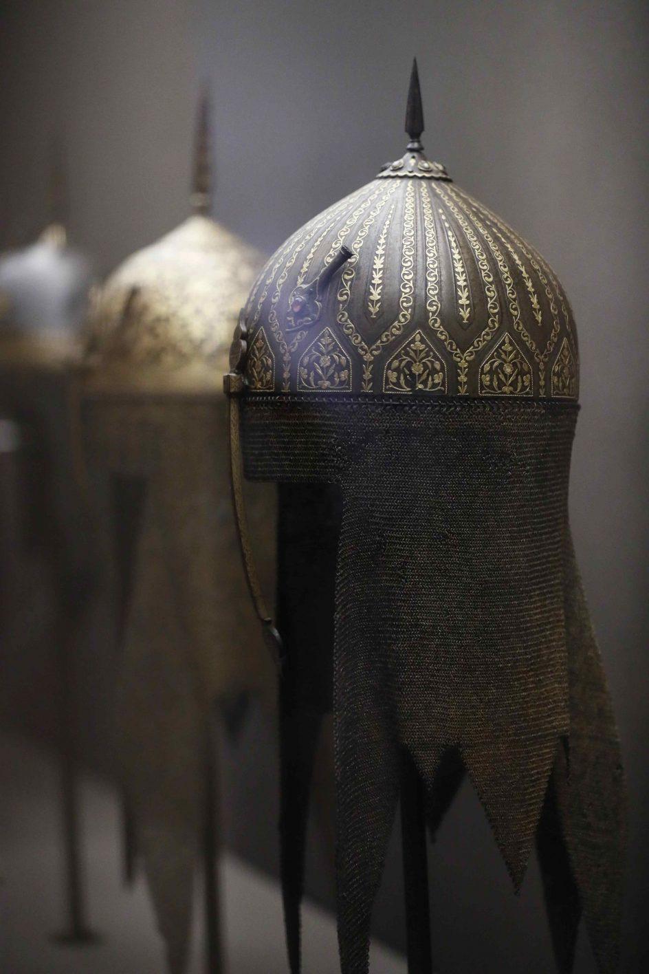 Cascos de Fortuny. Cascos de inspiración persa, elaborados artesanalmente por el artista español Mariano Fortuny i Marsal, expuestos en El Museo del Prado, que el 21 de noviembre presenta la muestra Fortuny (1838-1874).