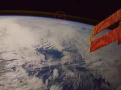 Un meteorito cayendo a la Tierra, visto desde la Estación Espacial