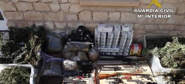 Droga y armas intervenidas en la vivienda