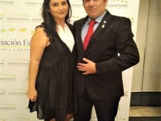 José Hernández, CEO de Dos Veces Marketing, junto a su esposa