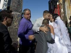 Una pareja aprovecha la apertura del muro entre México y EE UU para casarse