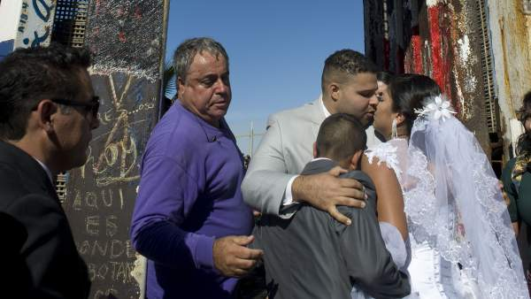Familias se reencuentran en la frontera tras la apertura breve de la valla