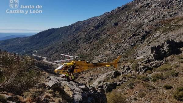 Ávila.- Rescate del motorista atrapado en Puerto del Pico