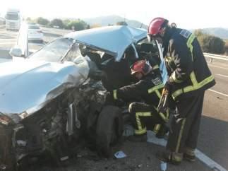 El coche de la mujer ha quedado destrozado por el impacto del camión