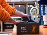 Un empleado de PcComponentes precinta una caja con motivo del 'Black Friday'