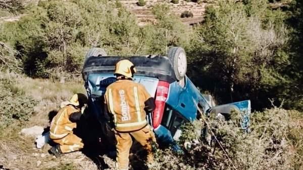 Los bomberos rescatan a la mujer atrapada tras dar vueltas de campana